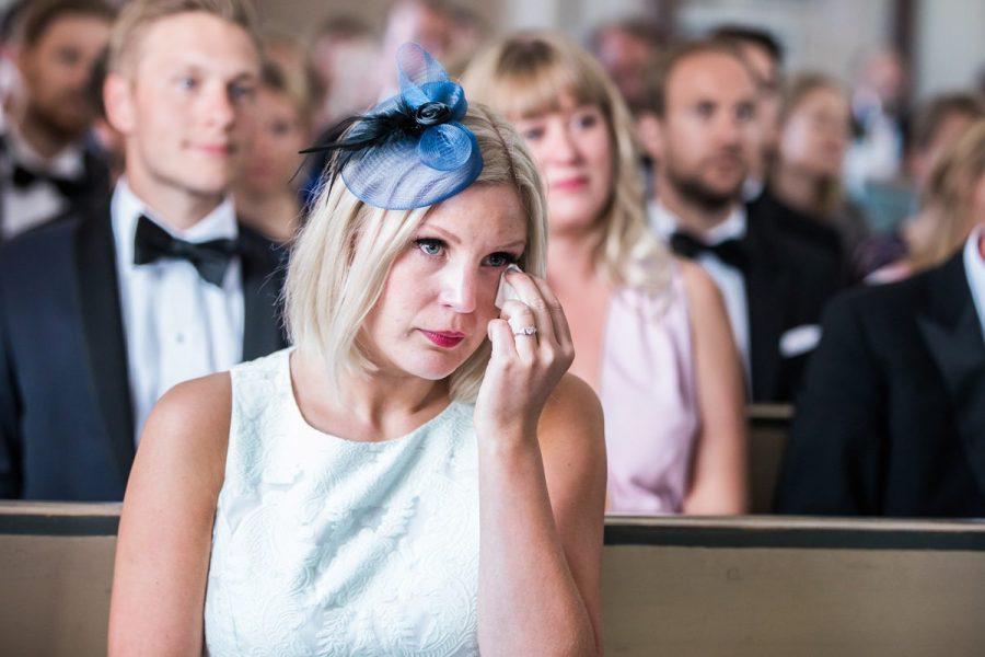 Gråtande dam på bröllop