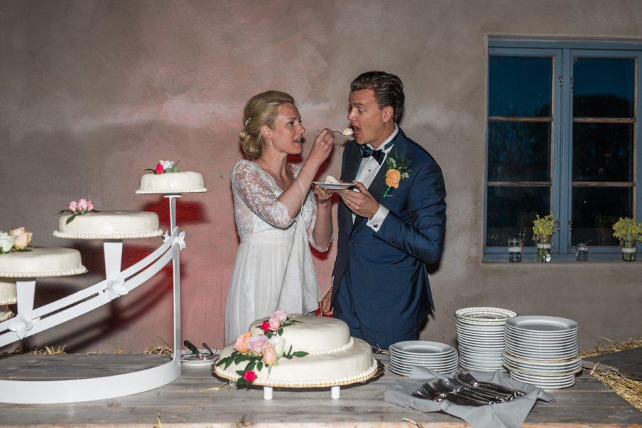 Brudpar äter bröllopstårta