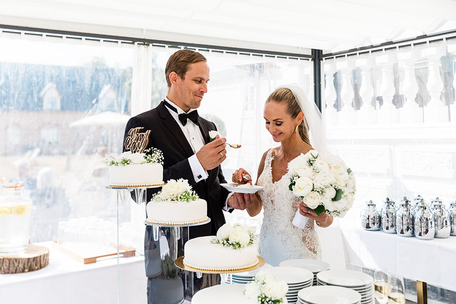 Bröllopstårta, Brudpar äter tårta