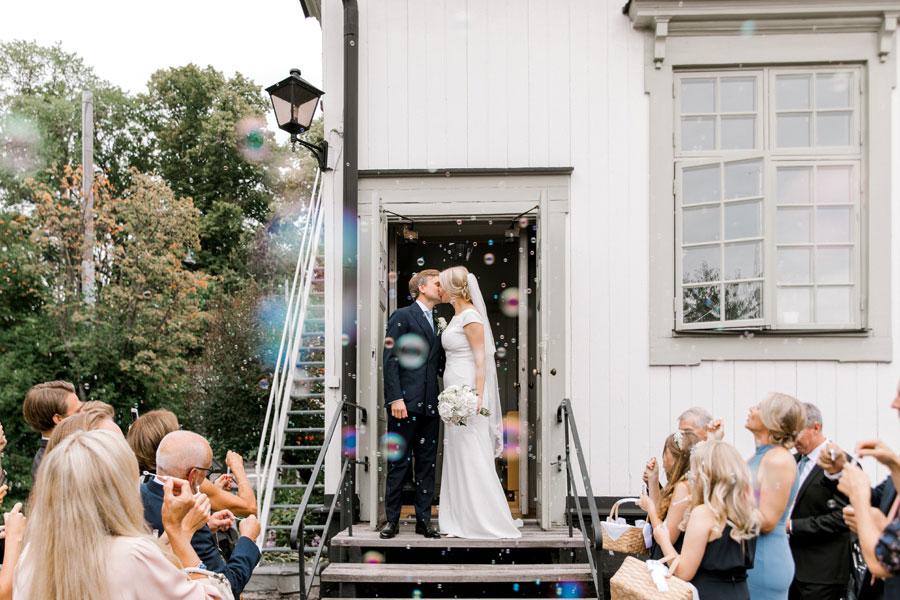 Bröllop i Djurgårdskyrkan,Spritmuseum, brudklänning, bröllopsfotograf, Anette Bruzan, bröllopsfoto, Djurgården
